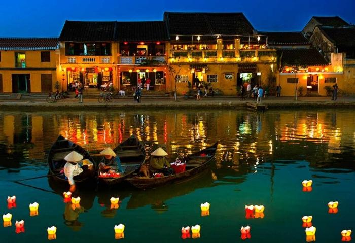 La città antica di Hoian nella notte